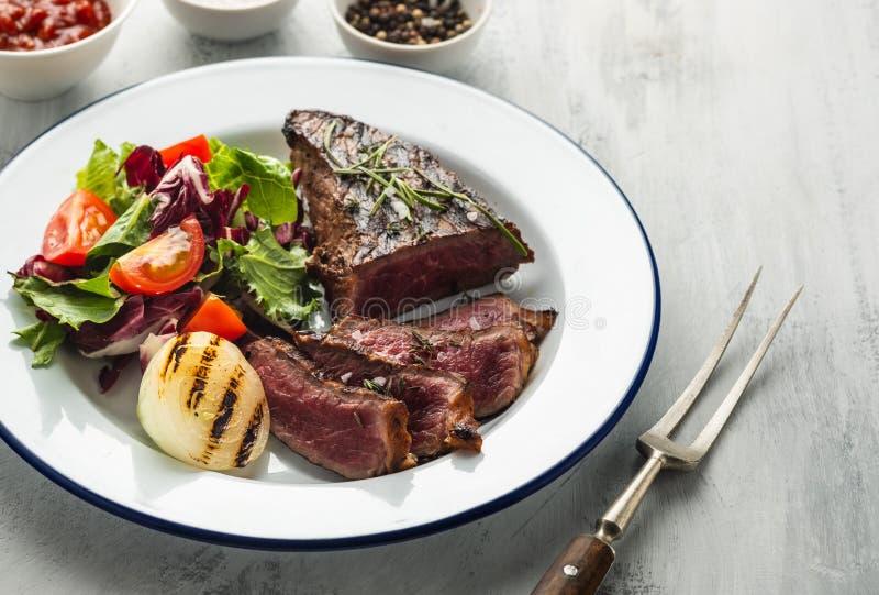 Wyśmienicie wołowina stek z sałatką Pokrojeni piec na grillu wołowina grilla wi fotografia royalty free