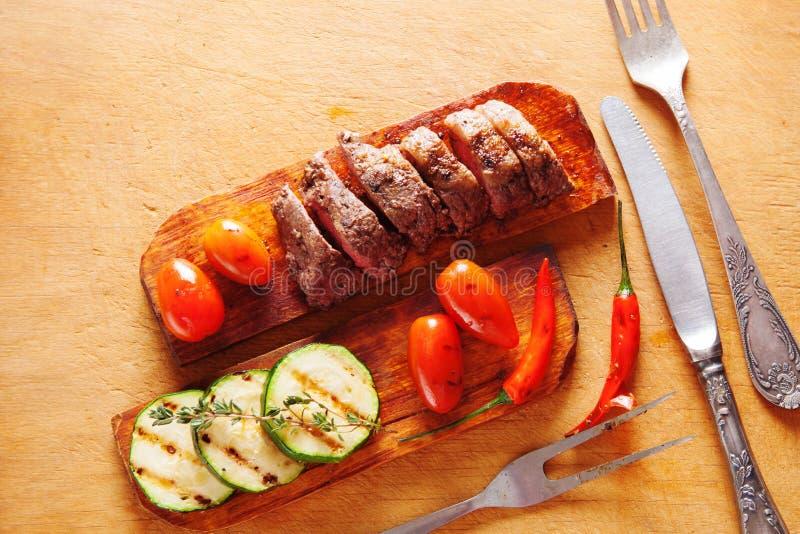 Wyśmienicie wołowina stek z warzywem nad drewnianym stołem zdjęcie stock