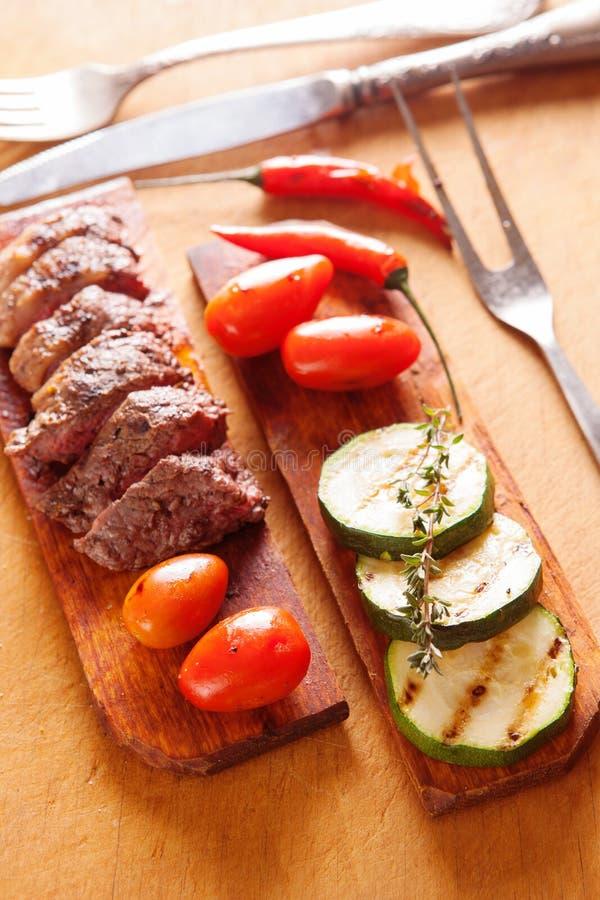 Wyśmienicie wołowina stek z warzywem nad drewnianym stołem obrazy stock