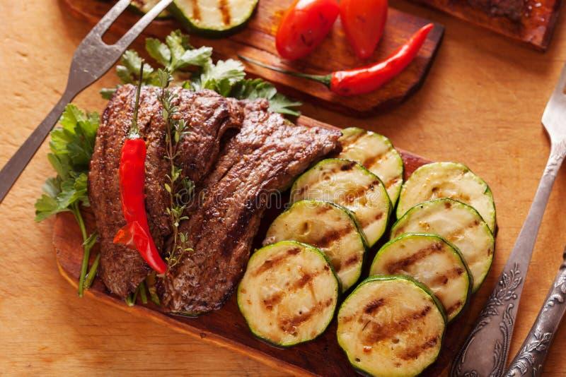 Wyśmienicie wołowina stek z warzywem nad drewnianym stołem obraz stock