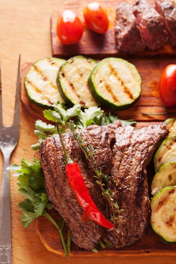 Wyśmienicie wołowina stek z warzywem nad drewnianym stołem zdjęcia royalty free