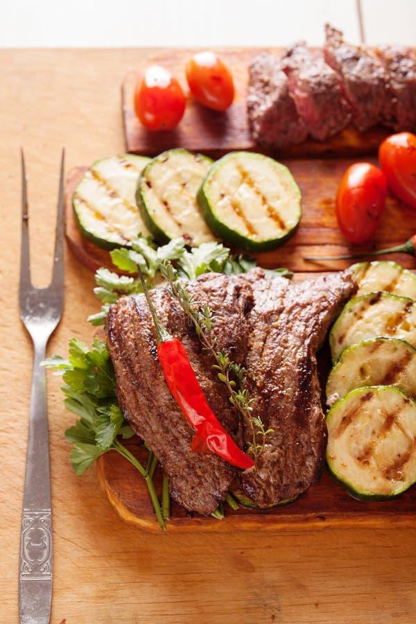 Wyśmienicie wołowina stek z warzywem nad drewnianym stołem obraz royalty free