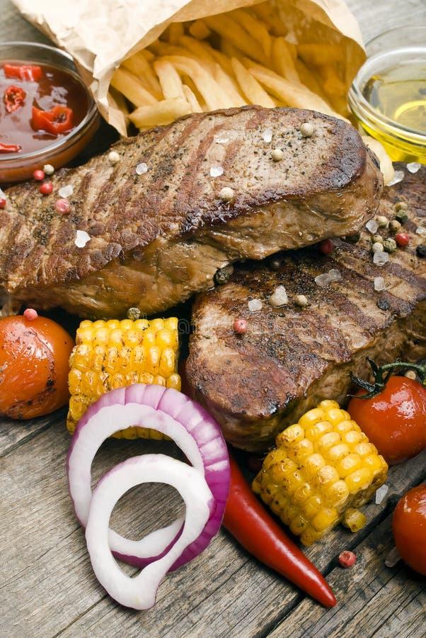 Wyśmienicie wołowina stki na drewnianym stole zdjęcie stock