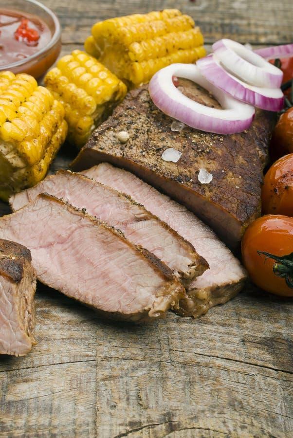 Wyśmienicie wołowina stki na drewnianym stole zdjęcia stock
