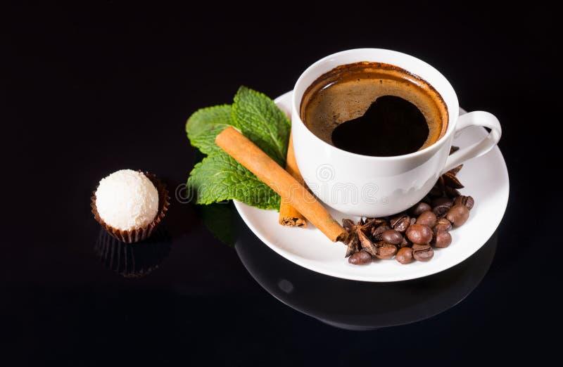 Wyśmienita Biała Czekoladowa trufla z Czarną kawą fotografia stock