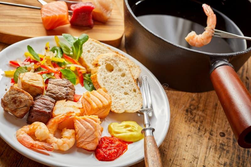 Wyśmienita kipiel i murawy fondue z mięsem i ryba obrazy royalty free