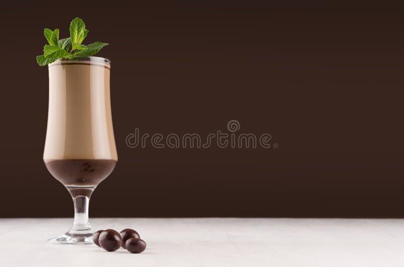 Wyśmienite czekoladowe warstwy deserowe z świeżą zielenią nową i z round czekoladami w ciemnego brązu wnętrzu, kopii przestrzeń obrazy royalty free