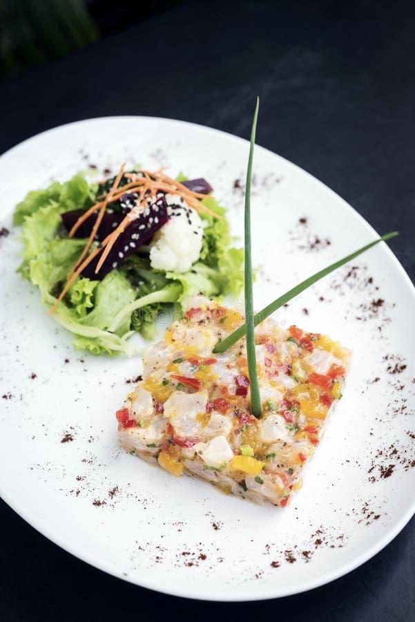 Wyśmienitego surowego tuńczyka tartare ceviche z mangowym wapnem i chili obrazy stock