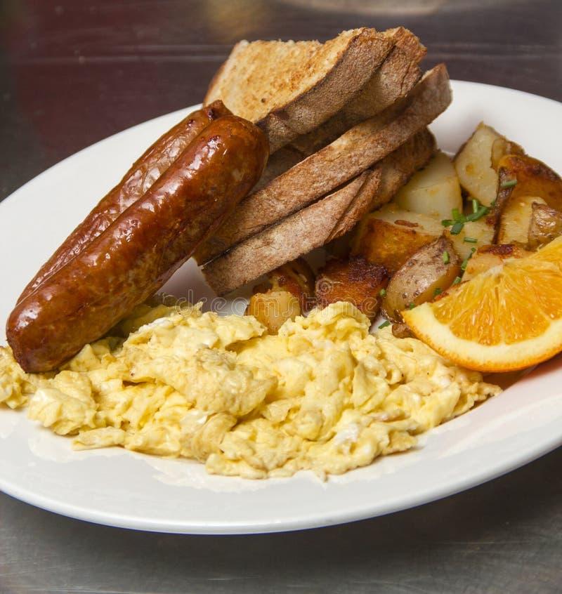 Wyśmienity śniadanie z kiełbasą i rozdrapanymi jajkami fotografia stock