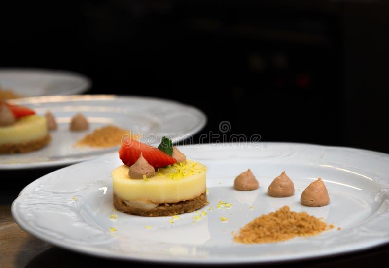 Wyśmienity deserowy talerz w restauracji, catering usługa fotografia stock