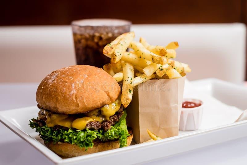 wyśmienity hamburger i dłoniaki fotografia stock