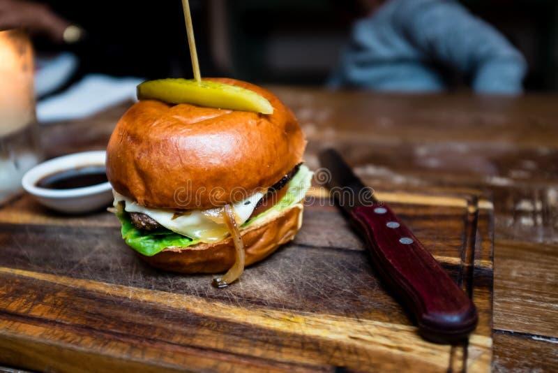 wyśmienity hamburger i napoje zdjęcie royalty free