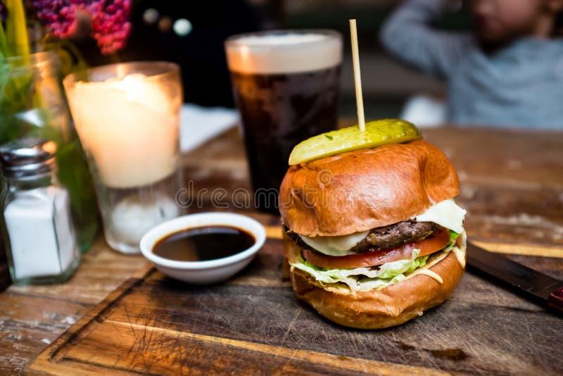 wyśmienity hamburger i napoje zdjęcia stock