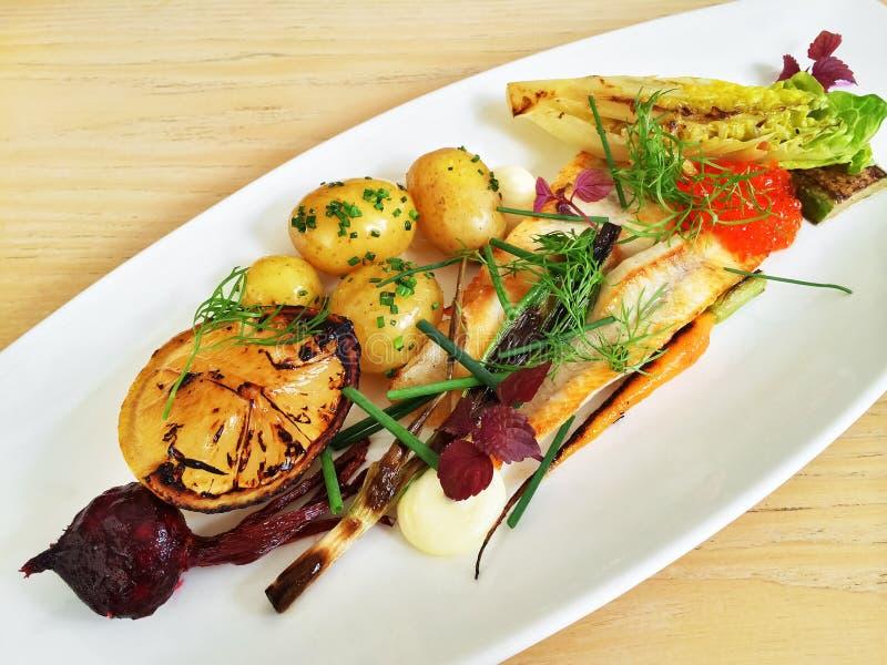 Wyśmienity naczynie z piec na grillu warzywami i ryba zdjęcia royalty free