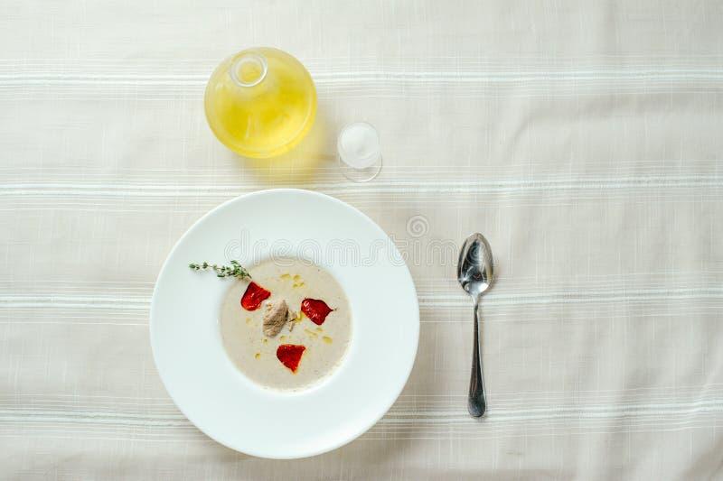 Wyśmienity pieczarkowej polewki puree z pieprzem, stołowy położenie, wygodny restauracyjny serw na lekkim tle zdjęcie royalty free