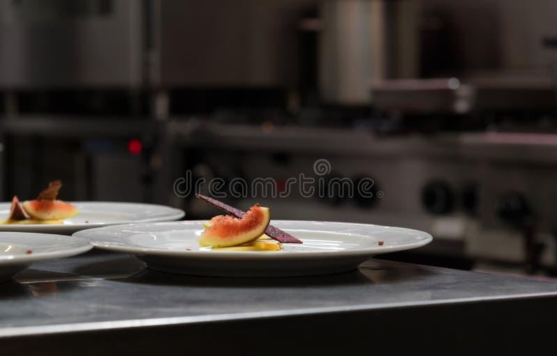 Wyśmienity starteru talerz w restauracyjnej kuchni zdjęcie stock