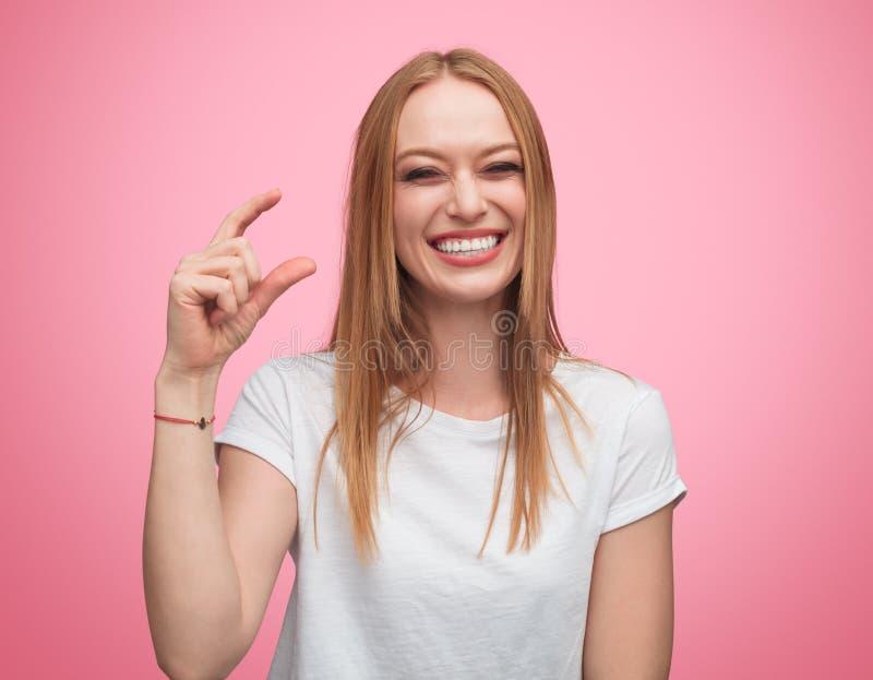 Wyśmiewać kobiety pokazuje malutkiego rozmiar obrazy royalty free