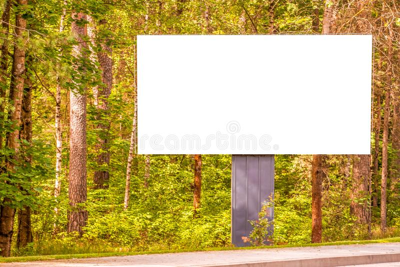 Wyśmiewa up wielki pusty billboard reklamowa deska blisko drogi, outdoors zdjęcie stock