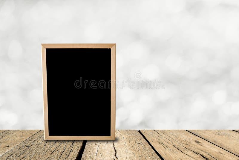 Wyśmiewa w górę drewnianego blackboard na perspektywicznym pokoju z iskrzastym bokiem obrazy stock
