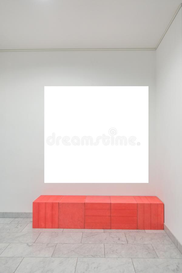 Wyśmiewa w górę pustego plakata na ścianie wśrodku wielkiego jaskrawego pokoju obraz royalty free