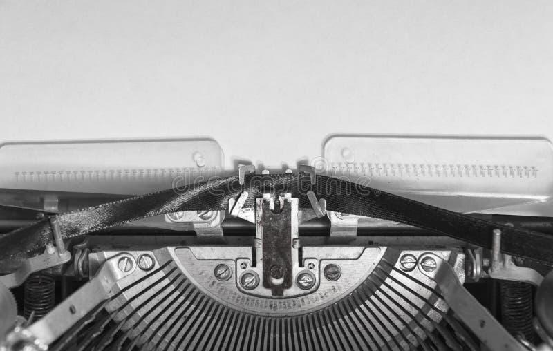 Wyśmiewa w górę pustego prześcieradła papier w rocznika maszyna do pisania obrazy stock