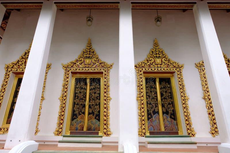 Wyświęcenie sala z złotymi okno Królewska świątynia w Nonthaburi obraz royalty free