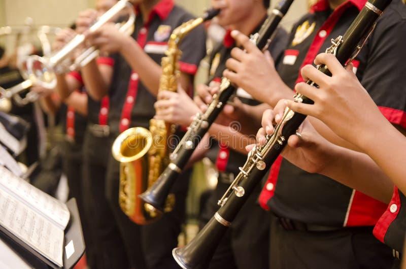 Wyżłabia, trąbki i saksofon orkiestry szkołą średnią bo perfom, fotografia royalty free