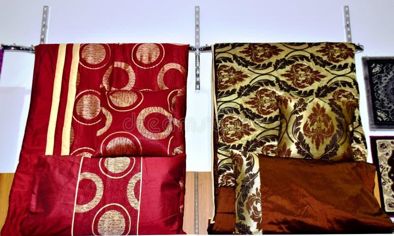 Wyższej ilości łóżkowego prześcieradła i poduszki projekt obraz stock