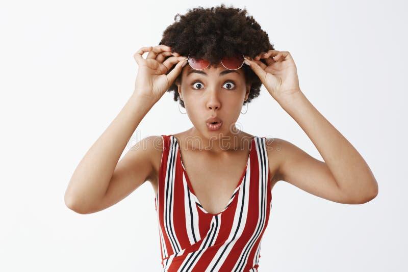 Wy dosta? ?artowa?e?, zadziwiaj?ca sprzeda? Imponuj?ca atrakcyjna amerykanin afryka?skiego pochodzenia dziewczyna z k?dzierzaw? f obrazy stock