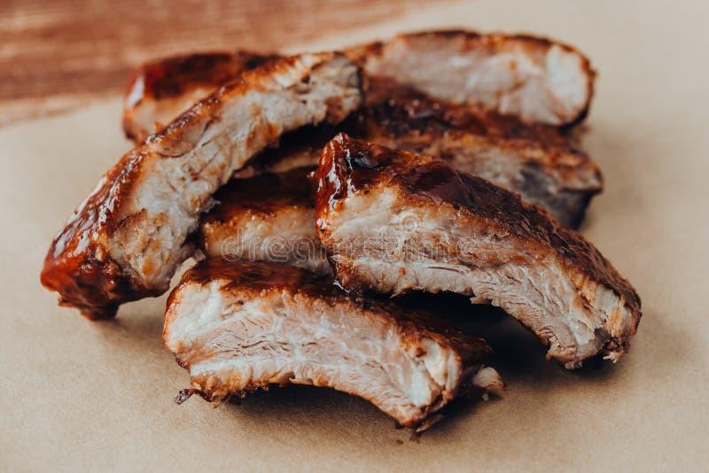 Wy?mienicie barbecued ziobro przyprawiali z korzennym fastrygowanie kumberlandem zdjęcie royalty free