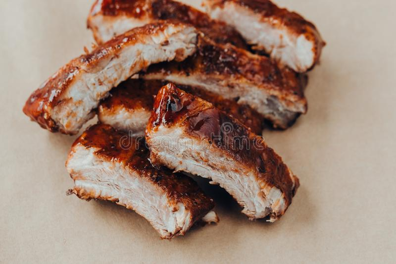 Wy?mienicie barbecued ziobro przyprawiali z korzennym fastrygowanie kumberlandem fotografia stock