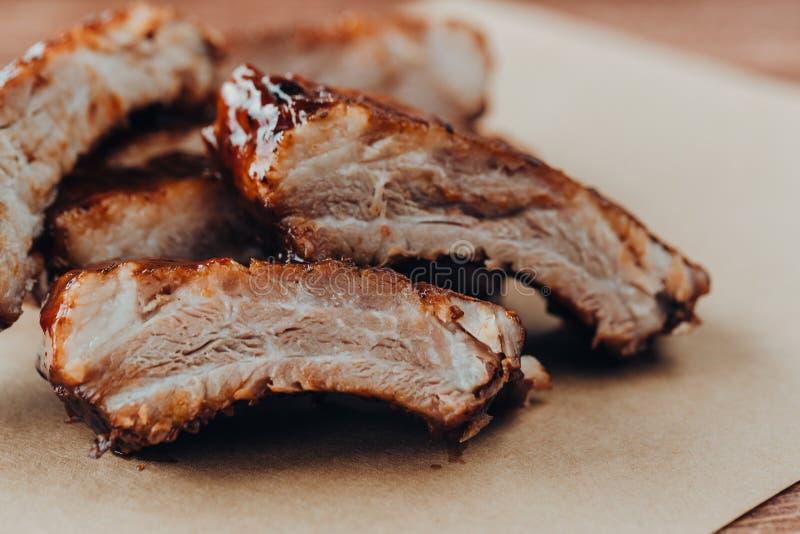 Wy?mienicie barbecued ziobro przyprawiali z korzennym fastrygowanie kumberlandem obraz royalty free