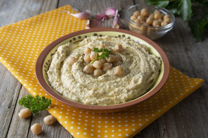 Wy?mienicie domowej roboty hummus makaron z oliw? z oliwek i grochami tabela drewna zdrowa ?ywno?? zdjęcie stock
