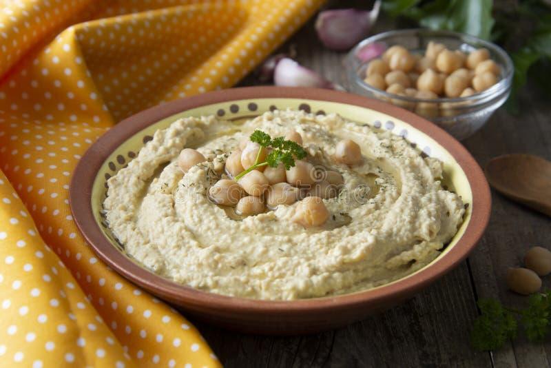 Wy?mienicie domowej roboty hummus makaron z oliw? z oliwek i grochami tabela drewna zdrowa ?ywno?? obrazy stock