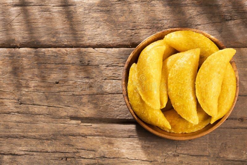 Wy?mienicie empanadas - Kolumbijska kuchnia Drewniany t?o zdjęcia royalty free