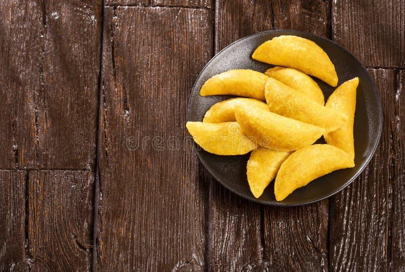 Wy?mienicie empanadas - Kolumbijska kuchnia Drewniany t?o fotografia royalty free