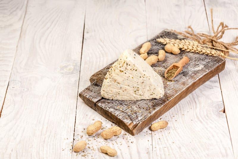 Wy?mienicie ser na stole Domowej roboty serowy rolnik Czerkiesa curd ser na drewnianej tnącej desce Uwalnia przestrze? dla tw?j t zdjęcia royalty free