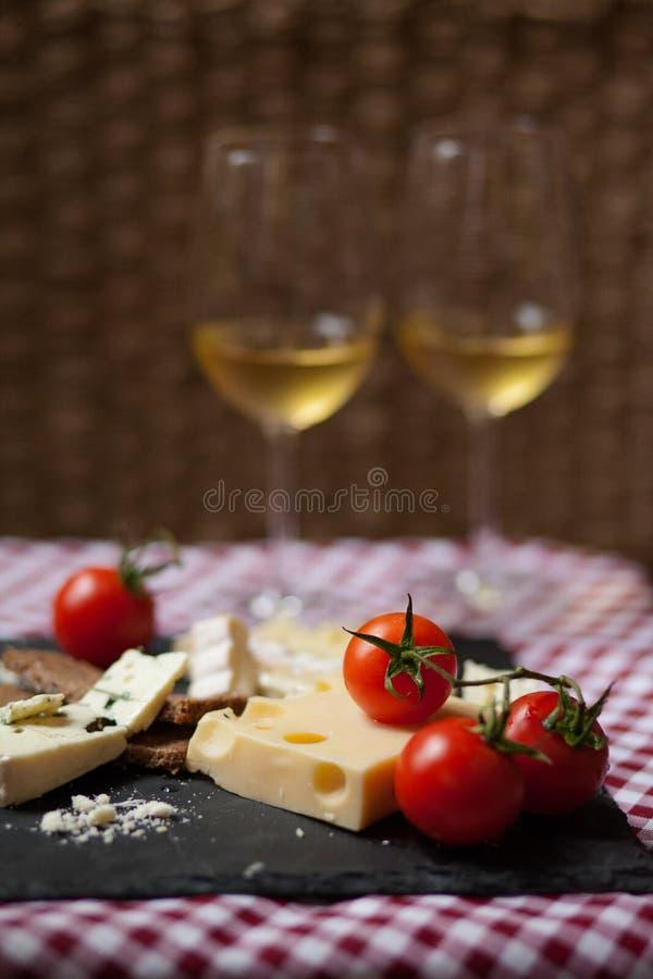 Wy?mienicie talerz francuski ser z pomidorami fotografia royalty free