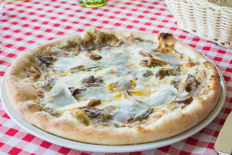 Wy?mienicie w?oszczyzny pieczarki pizza z truflowym serem, parmesan ser, mozzarella ser zdjęcia royalty free