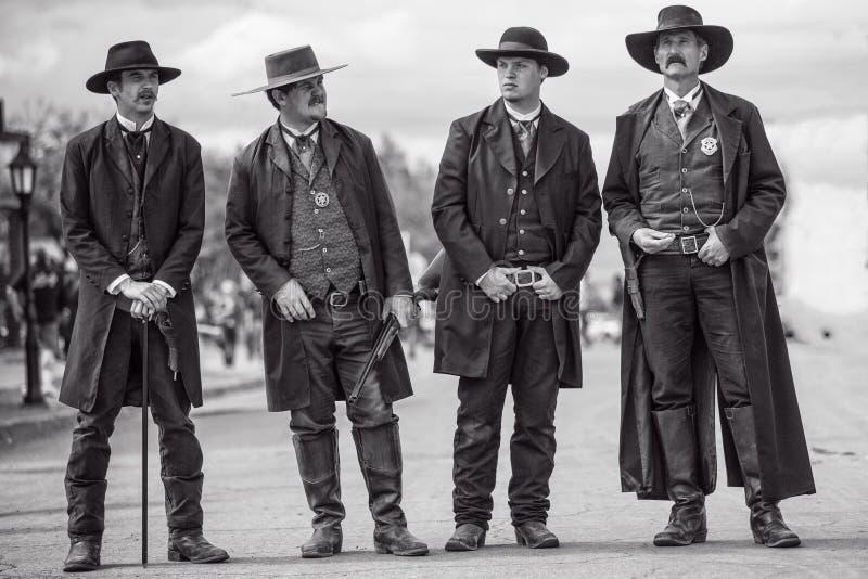 Wyatt Earp y hermanos en la piedra sepulcral Arizona durante la demostración del oeste salvaje fotografía de archivo