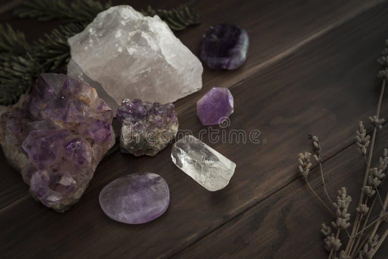 Wybór kryształy i kamienie na Drewnianej powierzchni z ulistnieniem obrazy stock