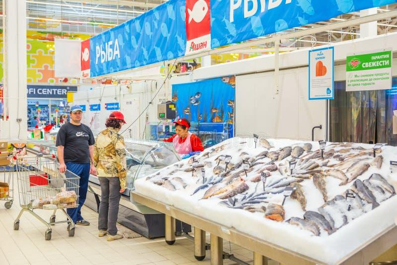 Wybór świeżej ryby lying on the beach w lodzie na kontuarze supermarket zdjęcia royalty free