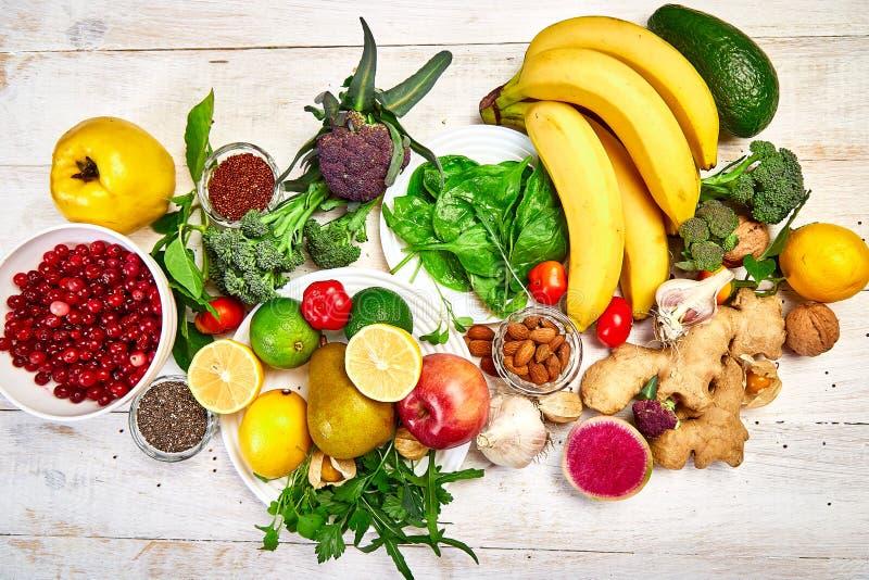 Wybór żywności bogatej w przeciwutleniacze, witaminy i źródła mineralne, żywność wegańska na białym drewnianym tle Zrównoważony s obraz stock
