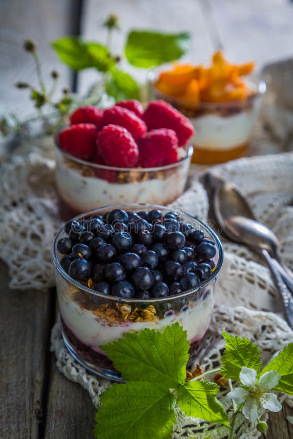 Wybór desery z jagodami i owoc zdjęcie stock