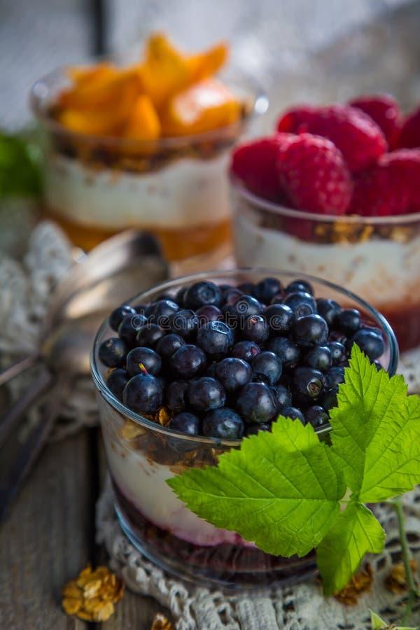 Wybór desery z jagodami i owoc fotografia stock