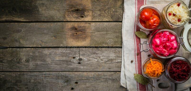 Wybór fermentujący jedzenie - marchewka, kapusta, pomidory, beetroot, kopii przestrzeń fotografia royalty free