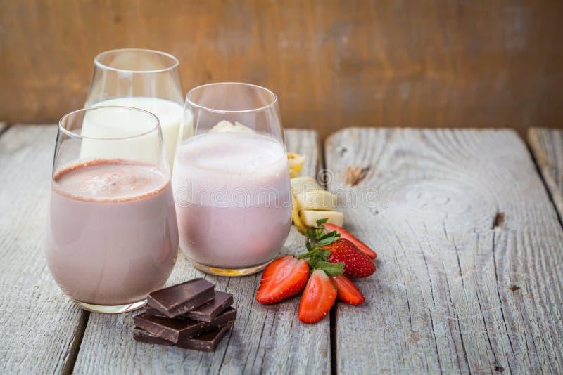 Wybór flavoured mleko - truskawka, czekolada, banan fotografia stock