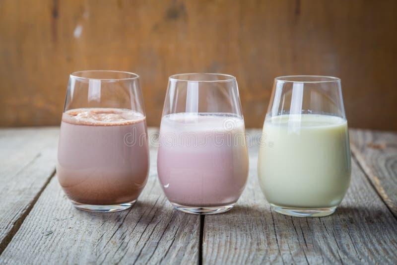 Wybór flavoured mleko - truskawka, czekolada, banan zdjęcia stock