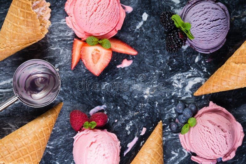 Wybór kolorowy jagodowy lody na marmurowym tle zdjęcia stock