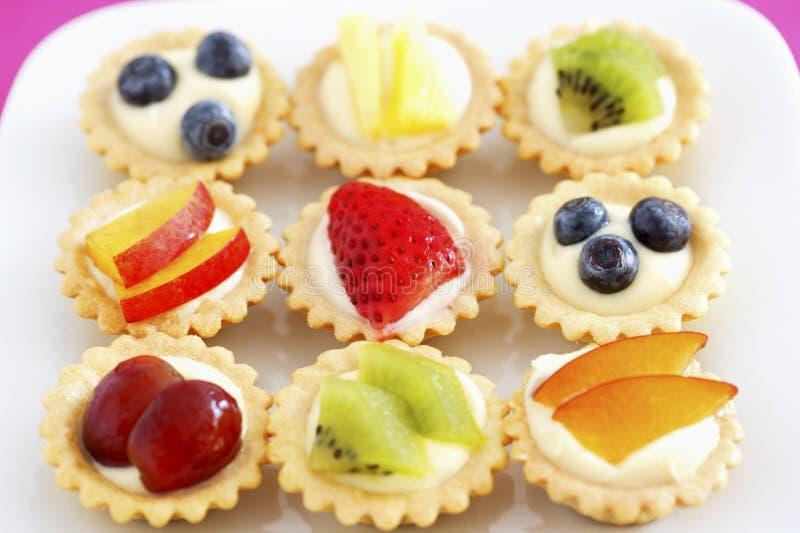 Wybór mini owocowych babeczek podwyższony widok zdjęcie stock